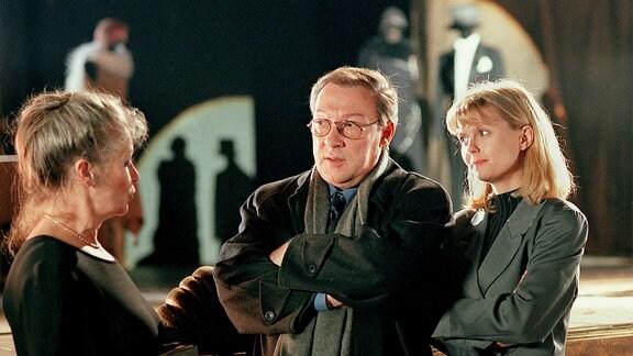 Edith (Marita Böhme), Kommissar Schmücke (Jaecki Schwarz) und Dr. Nele Cordes (Roswitha Schreiner) im Theater.