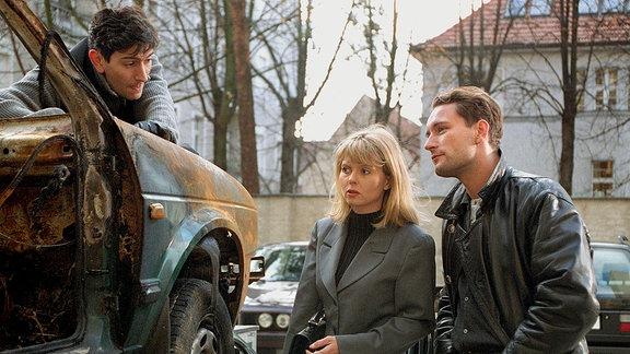 Staatsanwältin Dr. Nele Cordes (Roswitha Schreiner) und Kommissar Weber (Heikko Deutschmann) beim Spurensicherer Vogel (David Steffen).