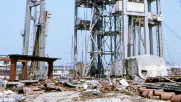 Teufe Schächte Zielitz - Als in den 60er Jahren in Zielitz, nur knapp 50 Kilometer von der Westgrenze entfernt, die Bergleute mit dem Bau des Kali-Bergwerks begannen, verdächtigten die West-Alliierten verdächtigten die Erbauer der Einrichtung von Raketenabschussrampen. Hier die gigantische Konstruktion für den Bau der ersten etwa 800 m in die Tiefe reichenden Schächte.