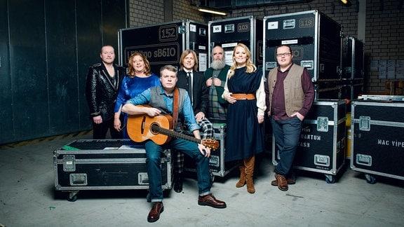 Die Kelly-Family posiert im Backstage zum Gruppenfoto.