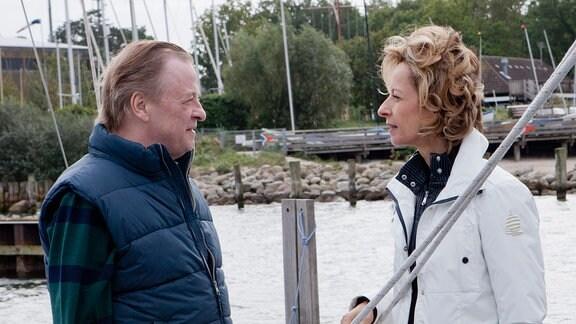 Mazipanfabrikant Lübbers (Reent Reins, l.) und seine Ehefrau Annelie Lübbers (Mareike Carriére, r.) jn einem Sporthafengelände.