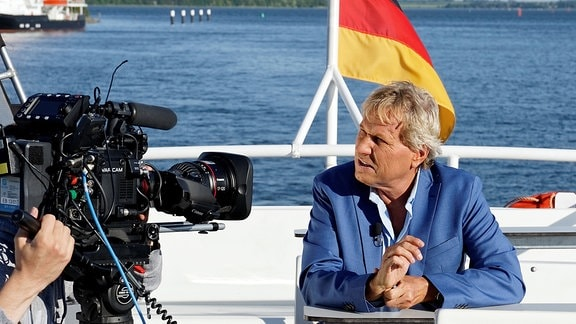 Bernhard Brink während der Dreharbeiten auf der MS Altefähr