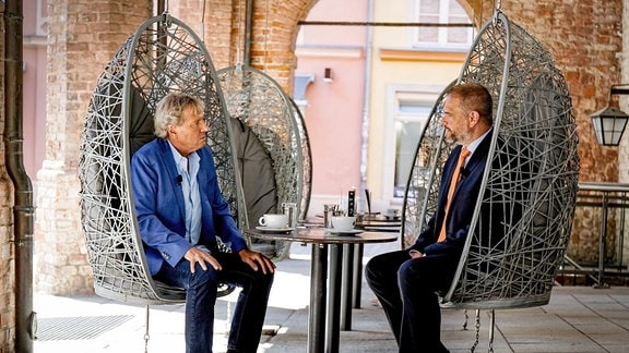 Bernhard Brink im Gespräch mit Stralsunds Oberbürgermeister Alexander Badrow (v.l.)