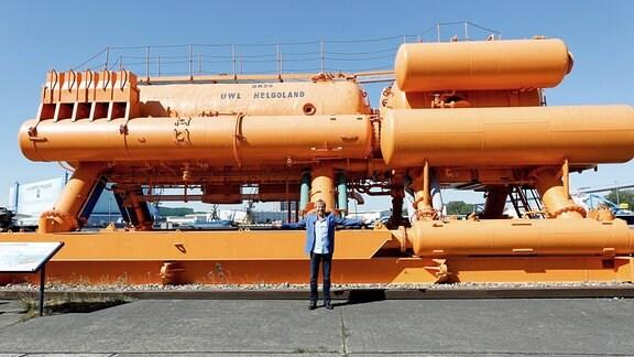 Bernhard Brink vor dem Unterwasserlabor HELGOLAND im Nautineum Stralsund