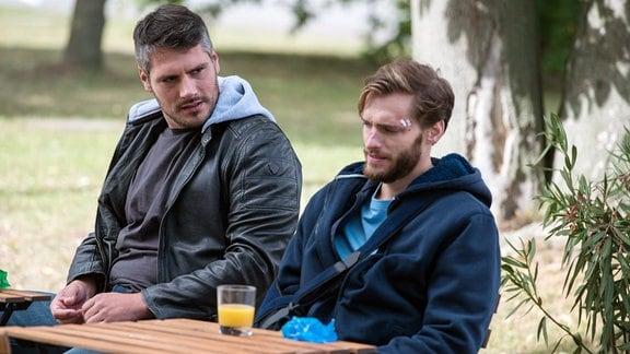 Die beiden Männer Fred Wacker (Max Koch, l.) und Nils Reichendorf (Vinzenz Wagner, r.) sind seit klein auf beste Freunde und Fred kann den Vertrauensbruch seines Freundes nicht verarbeiten.