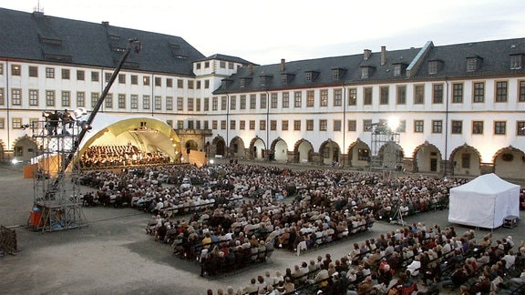 Das MDR-Sinfonieorchester unter Chefdirigent Fabio Luisi musiziert im Innenhof von Schloss Friedenstein in Gotha.