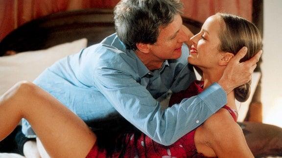 Martina (Lara Joy Körner) und Arndt Graf Solm-Weltingen (Mathieu Carriere)  küssen sich.
