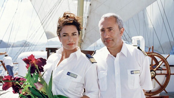 Kapitän Arno Köhler (Robert Giggenbach) mit seiner Cruisedirektorin Marlene (Christine Neubauer) an Bord.