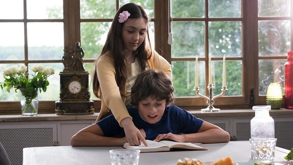 Marie und Victor -Marie erteilt Schülernachhilfe bei sich zuhause
