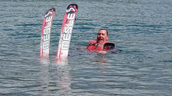 Thomas Böttcher versucht sich im Wasserski