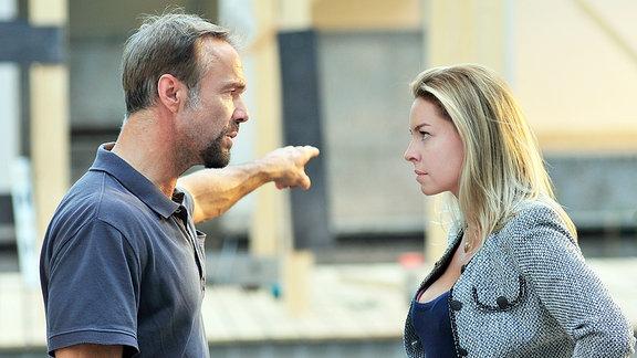 Karlheinz (Hannes Jaenicke) und Wanda (Karolina Lodyga) haben Meinungsverschiedenheiten.