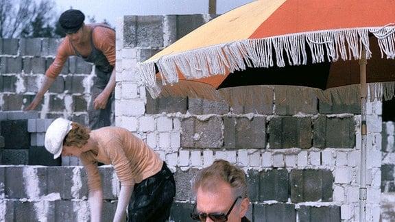 Bauherr Ralf Keul (Rolf Herricht) auf der Baustelle mit den Maurern Willi Neuenhahn und Edwin Marian