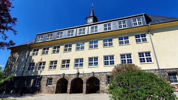 Ein altes viergeschossiges Gebäude mit vielen Fenstern.