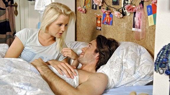 Jule (Kim-Sarah Brandts, l.)und Marc (Jan Hartmann, r.) liegen gemeinsam in einem Bett.