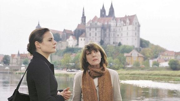 Lotti Portuné (Heidelinde Weis, re.) und Charlotte Portuné (Elisabeth Lanz). Im Hibtergrund die Elbe und die Meißner Albrechtsburg.