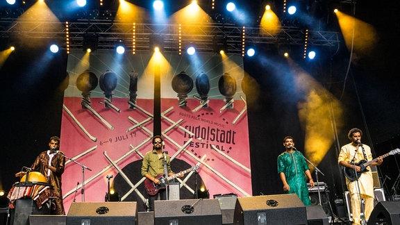 Imarhan  auf einer farbig beleuchteten Bühne