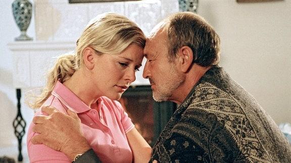 Hanna (Eva Habermann) ist nicht wirklich glücklich mit Roman (Miguel Herz-Kestranek).