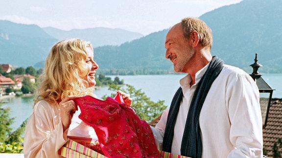 Roman (Miguel Herz-Kestranek) verwöhnt Hanna (Eva Habermann) mit dem Geschenk eines wunderschönen Kleids.