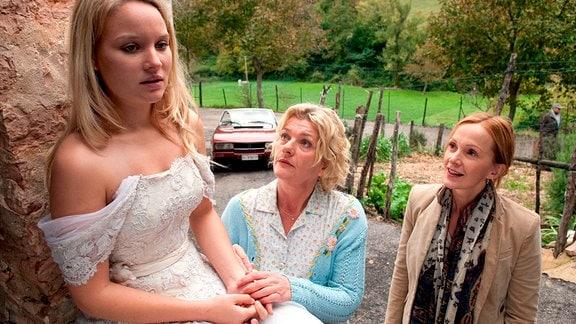 Lisbeth (Saskia Vester, Mitte) und Carla (Katja Flint, rechts) haben die unglückliche Braut Fanny (Sonja Gerhardt) gefunden.