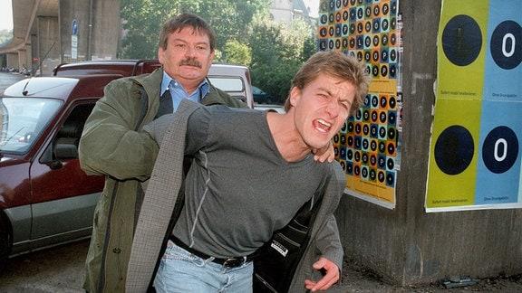 Hauptkommissar Herbert Schneider (Wolfgang Winkler) überwältigt Frank Sattler (Lars Weström).