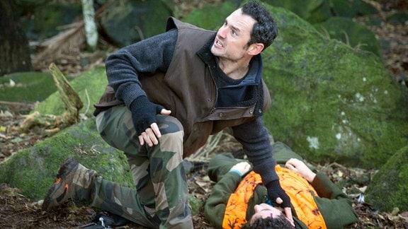 Bei der Jagd wird Hayden (Francis Mountjoy) tödlich getroffen. Sein Freund Stent (Ben Wright) eilt sofort herbei.