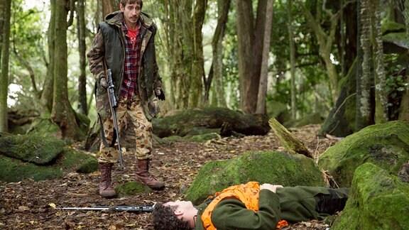 "Hayden (Francis Mountjoy, vorne) ist tot! Hat ihn der angetrunkene ""Frodo"" Oades (Karl Willetts) aus Versehen erschossen?"