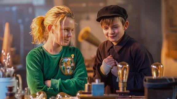 Juna (Claire Wegener ) und Hugo (Yuri Gayed) machen sich auf eine abenteuerliche Reise in der Werkstatt von Thomas Alva Edison.