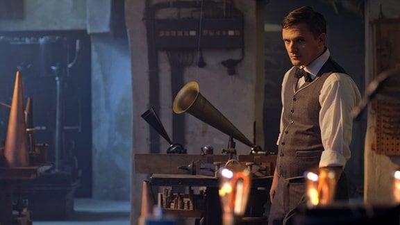 Thomas A. Edison (Florian Lukas) in seiner Werkstatt.