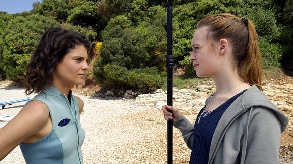 Jana (Victoria Schulz, re.) und Mila (Jördis Richter) konkurrieren um Sebastian.