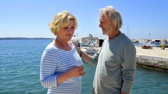 """Gisela (Saskia Vester) und ihr Schwager """"Franjo"""" (Siemen Rühaak) verstehen sich sehr gut."""