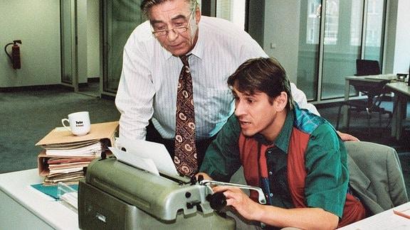 Kommissar Rabe (Michael Kind, re.) an der Sreibmaschine - neben ihm stehend: Oberkommissar Hübner - Jürgen Frohriep.