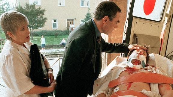 Prof. Kugler (Gunter Schoss) kümmert sich um seinen schwerverletzten Sohn Daniel (Nikolaus Groebe), der nach einem schweren Unfall ins Krankenhaus eingeliefert wurde. Schwester Else (Barbara Dittus) ist ebenfalls sehr besorgt.