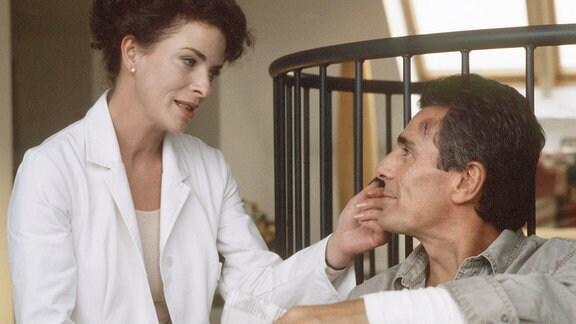 Dr. Katrin Klein (Gudrun Landgrebe) am Krankenbett von Joel Cutter (Gojko Mitic).