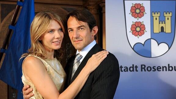 Bürgermeister Robert von der Heyden (Hans-Werner Meyer) hat seiner Frau Nina (Ursula Karven) hoch und heilig versprochen, seine dritte Amtszeit sei die letzte.