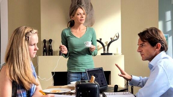 Nina (Ursula Karven, Mitte) hat am Frühstückstisch einige Probleme zu ihrer Tochter Alice (Ronja Mittelstädt) und ihrem viel beschäftigten Mann Robert (Hans-Werner Meyer) durchzudringen.
