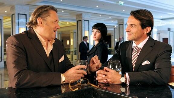 Die PR-Spezialistin Jacqueline (Jana Klinge) wacht darüber, dass Bürgermeister Robert (Hans-Werner Meyer, rechts) seine politischen Kontakte zu dem Unternehmer Frings (Michael Brandner) pflegt.