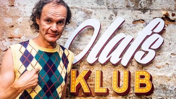 Olaf Schubert vor einer Sendungskulisse