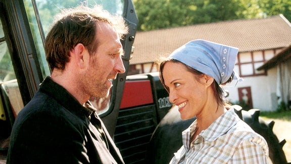 Sarah (Sonja Kirchberger)blickt verklärt Max (Jochen Nickel) an.