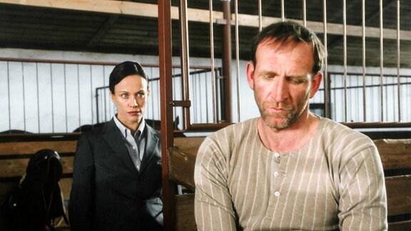 Schuldgefühle: Sarah (Sonja Kirchberger) bietet Max (Jochen Nickel) ihre Hilfe an.
