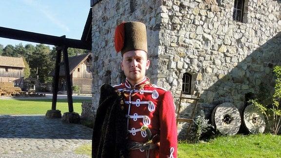 Der Schwarzkollmer Ole Dobisch spielt den historischen Krabat. (Hier in Uniform.)