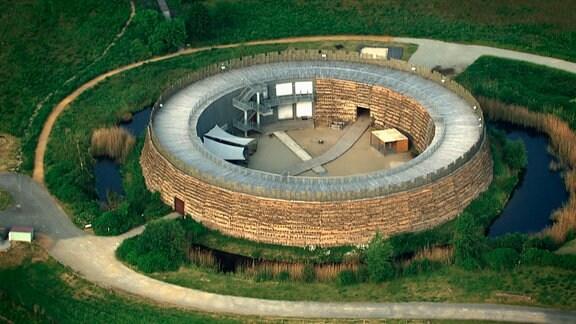 Ringförmige Befestigungen wie hier die Slawenburg Raddusch nahe dienten als Rückzugsort und sind im Osten des heutigen Deutschlands an zahlreichen Orten durch Ausgrabungen belegt.