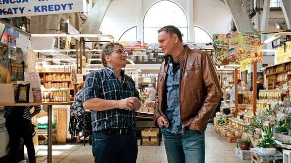 Andrzej Baworowski und Axel Bulthaupt in der Markthalle von Breslau (v.l.)