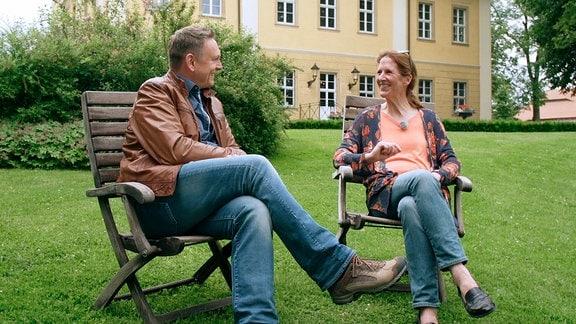 Elisabeth von Küster und Axel Bulthaupt im Garten von Schloss Lomnitz.
