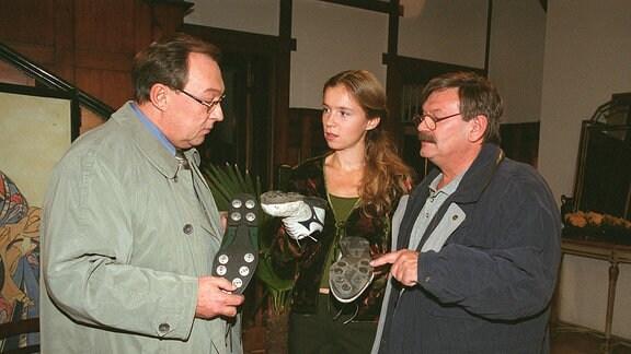 Schmücke (Jaecki Schwarz) und Schneider (Wolfgang Winkler) erhalten unverhofft Hilfe von Anna (Alexandra Schalaudek).