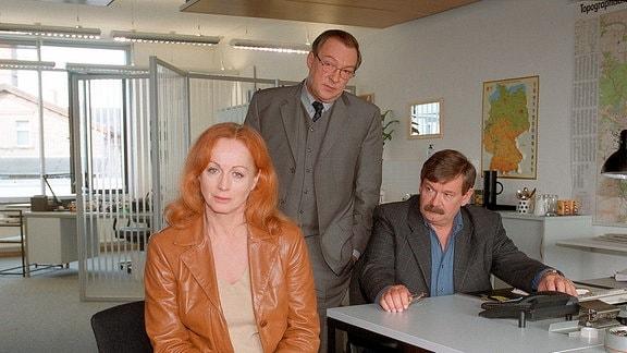 Kommissar Schneider (Wolfgang Winkler) und Schmücke (Jaecki Schwarz) verhören Mira (Andrea Jonasson).