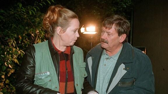 Rosamunde Weigand (Marie Gruber) zeigt ihrem Kollegen Schneider (Wolfgang Winkler) ein wichtiges Indiz.