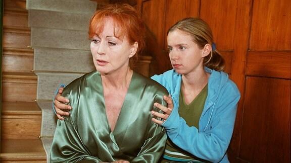 Anna (Alexandra Schalaudek) tröstet ihre Mutter Mira (Andrea Jonasson).