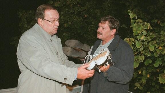 Schmücke (Jaecki Schwarz, li.) und Schneider (Wolfgang Winkler) sind auf der richtigen Spur.