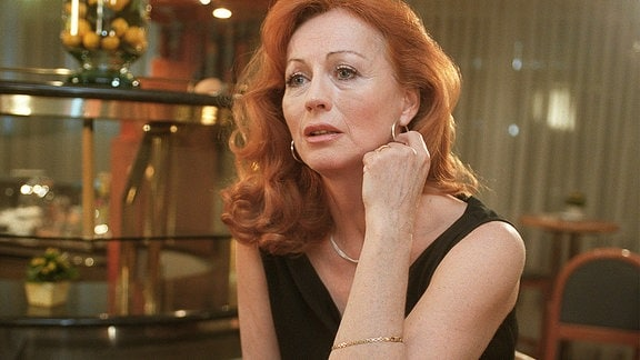 Mira Bruns (Andrea Jonasson).