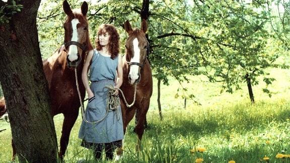 Die junge sorbische Bäuerin Ena (Ulrike Krumbiegel) lebt auf einem idyllischen Gehöft in der Lausitz.